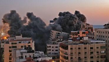 البرج السكني في غزّة الذي طالته الضربة الجوّية الإسرائيلية (أ ف ب).