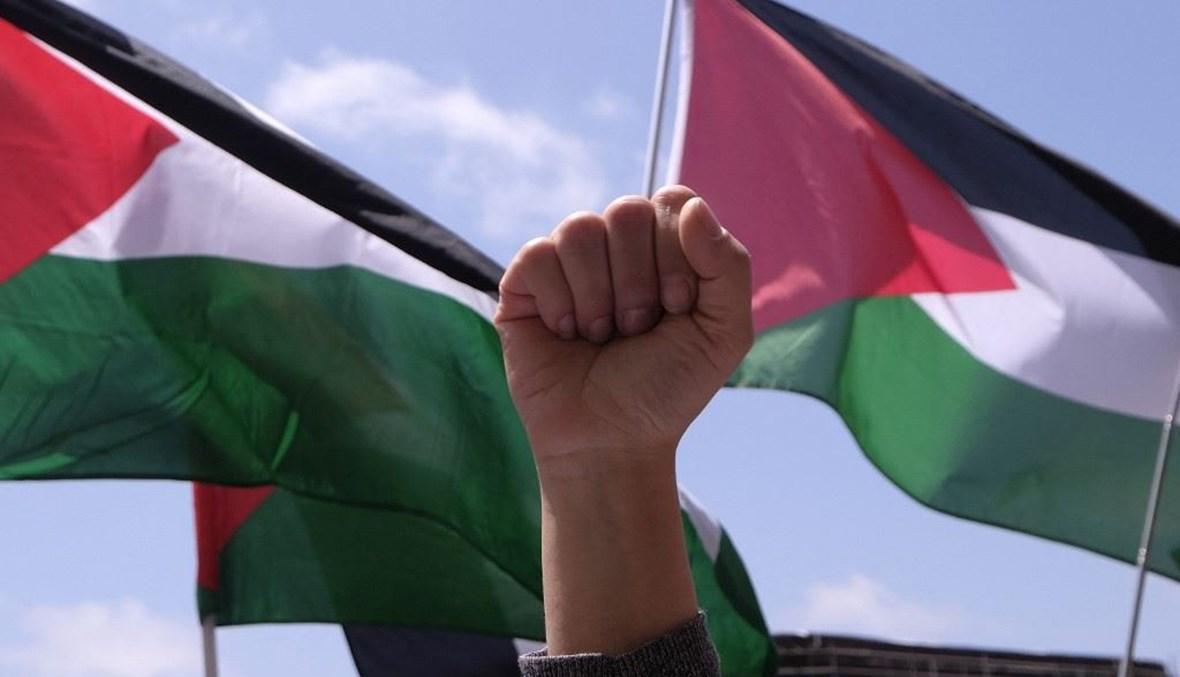 متظاهرة ترفع قبضتها خلال احتجاج ضد إسرائيل وتأييدًا للفلسطينيين خارج القنصلية الإسرائيلية في لوس أنجلوس (أ ف ب).