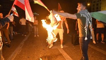 احراق العلم الاسرائيلي في تظاهرة مؤيدة للشعب الفلسطيني في لبنان.