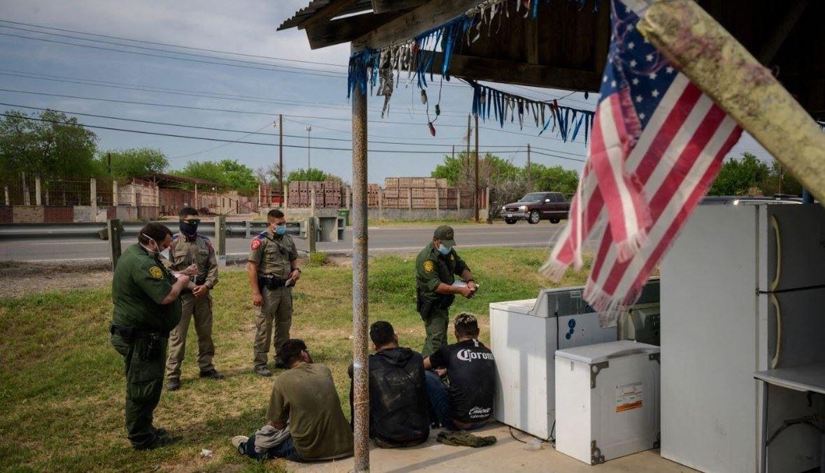 دورية حدودية اوقفت مجموعة من المهاجرين على طريق خارج مدينة روما جنوب تكساس (27 آذار 2021، أ ف ب).