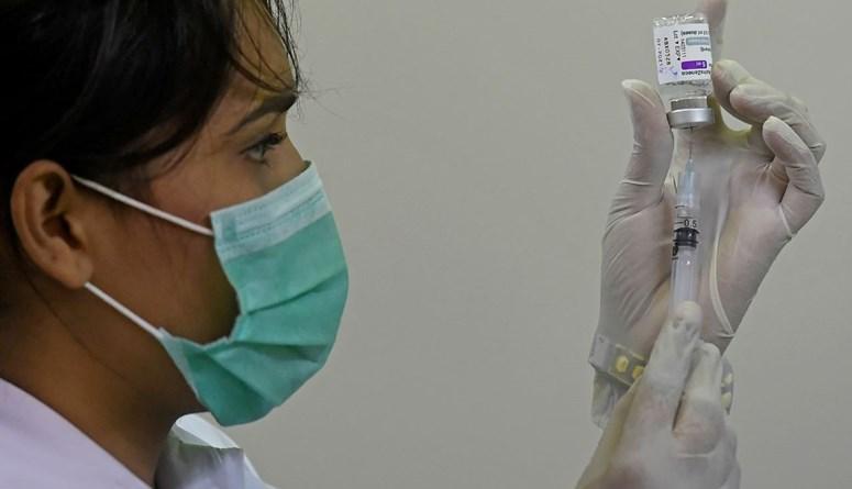عاملة صحية تجهز حقنة من لقاح كورونا في كراتشي في باكستان (12 ايار 2021، أ ف ب).