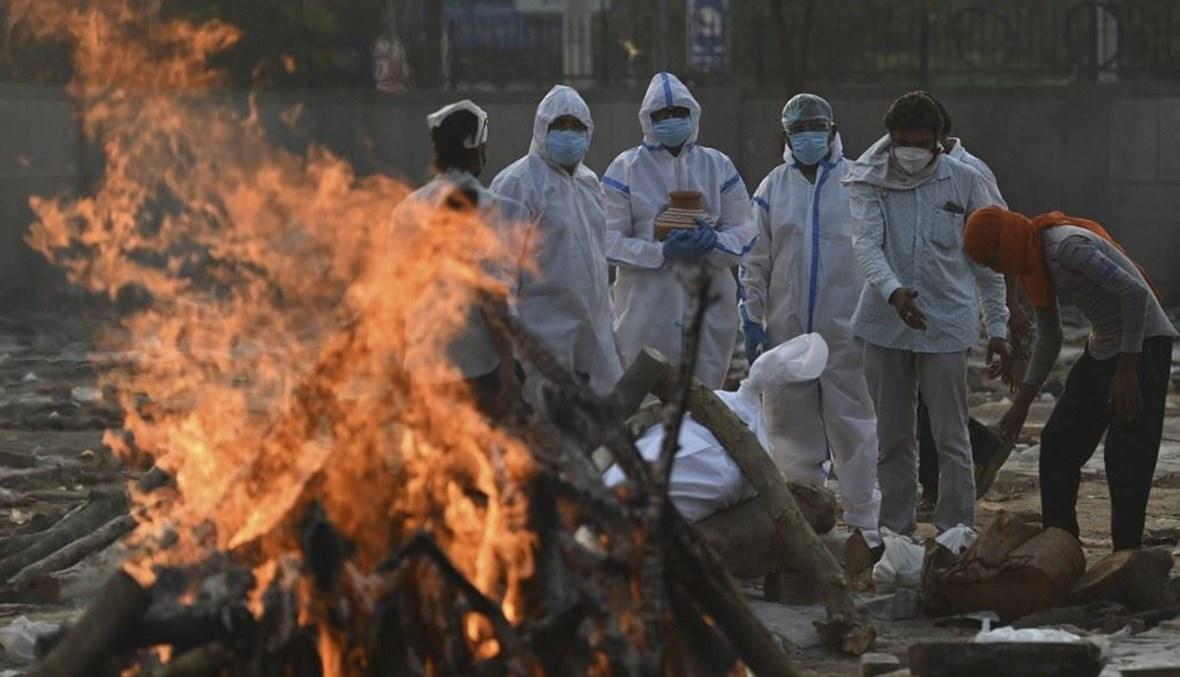 حرق ضحايا كورونا في الهند (أ ف ب).