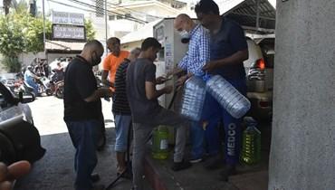 """مشهد الذلّ يتكرّر عشية العيد... طوابير السيارات تصطفّ أمام المحطات والبنزين بالـ""""غالون""""! (صور وفيديو)"""