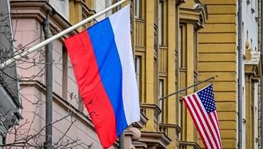 علم روسيا بالقرب من مبنى السفارة الأميركية في موسكو (أ ف ب).
