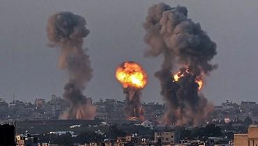 كرة نار فوق إحدى بنايات خان يونس جنوب قطاع غزة، عقب غارة جوية إسرائيلية (12 أيار 2021- أ ف ب).