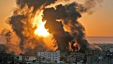 حريق في خان يونس عقب غارة جوية إسرائيلية على أهداف في جنوب قطاع غزة ( 12 أيار 2021).