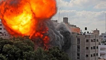 كرة نار تجتاح مبنى الوليد في غزة، والذي دمرته غارة جوية إسرائيلية (13 ايار 2021، أ ف ب).