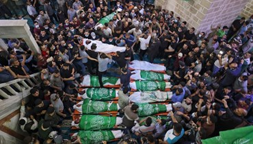 فلسطينيون تجمعوا في المسجد العمري في غزة للصلاة حول جثامين 13 من مقاتلي حماس قتلوا في غارات جوية إسرائيلية (13 ايار 2021، أ ف ب).