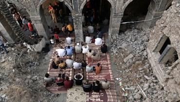 صورة جوية تظهر مصلين عراقيين وهم يشاركون في صلاة عيد الفطر في باحة المسجد الأموي في الموصل (13 ايار 2021، أ ف ب).