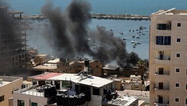 دخان أسود يتصاعد من ميناء غزة خلال غارة جوية إسرائيلية عليه (14 ايار 2021، أ ف ب).
