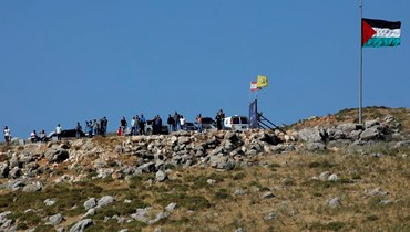 صورة من مستوطنة المطلّة المحتلّة تُظهر مسيرة الشبان اللبنانيين على الحدود الجنوبية اليوم (أ ف ب).