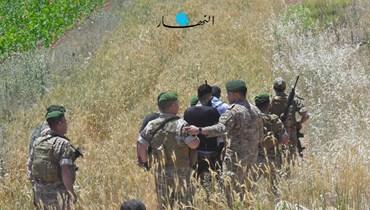 الجيش يعيد شباناً إلى الداخل اللبناني بعد منعهم من اجتياز الحدود (نبيل إسماعيل).