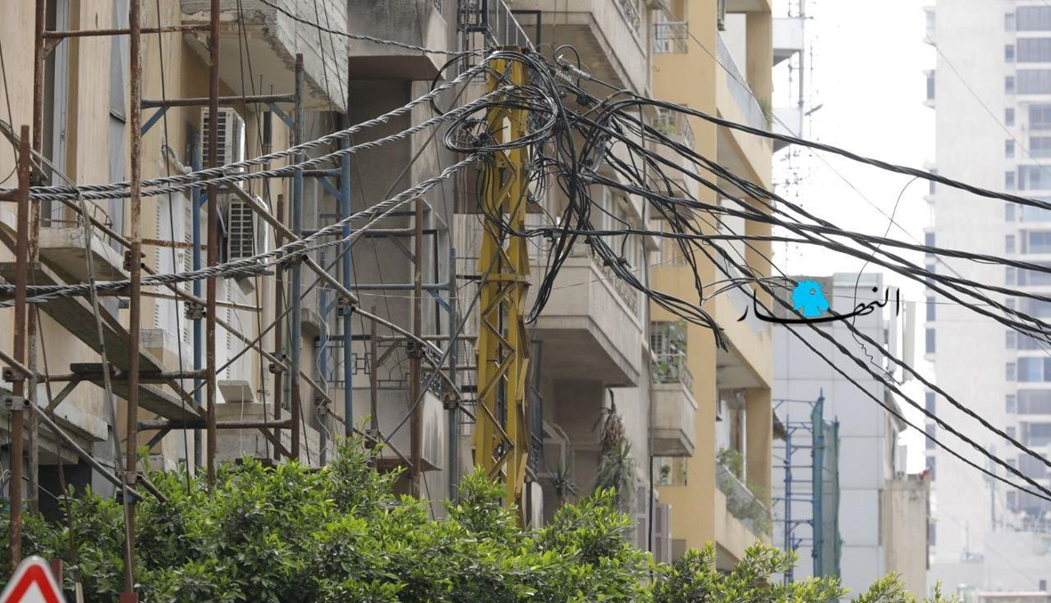 """أسلاك كهربائية متشابكة في بيروت (""""النهار"""")."""