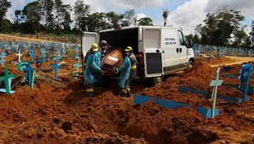 """دفن أحد المتوفين بسبب فيروس """"كورونا"""" في إحدى المقابر البرازيلية - 6 كانون الثاني 2021، """"أ ب"""""""