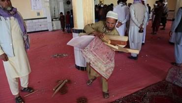 مصلون داخل مسجد بعد انفجار قنبلة على مشارف كابول (14 ايار 2021، ا ف ب).