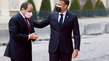 الرئيس الفرنسي إيمانويل ماكرون والرئيس المصري عبد الفتاح السيسي في باريس أمس.   (أ ف ب)
