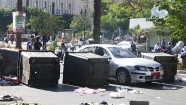 محتجون على الاوضاع المعيشية المتردية قطعوا طريق كورنيش المزرعة صباح امس قبل ان يعيد الجيش فتحها. (حسن عسل)