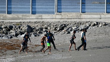 سباحة أو سيراً من المغرب... وصول نحو 5 آلاف مهاجر إلى جيب سبتة الإسباني في يوم واحد (صور وفيديو)