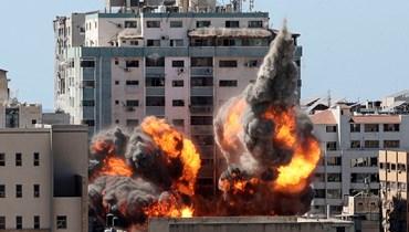 قصف مبنى الجلاء في غزة (أ ف ب).