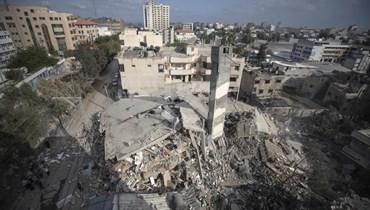 منظر عام لأنقاض مبنى من ستة طوابق دمر ته غارة جوية إسرائيلية في مدينة غزة أمس.  (أ ب)