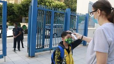 فحص الحرارة في إحدى المدارس قبل الدخول إلى الصفوف (حسن عسل).