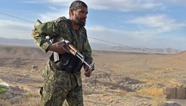 جندي افغاني وقف في موقع في كاجاكي شمال شرق مقاطعة هلمند في مواجهة مقاتلي طالبان (21 آذار 2021، أ ف ب).