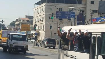 باصات تقلّ النازحين السوريين في البقاع إلى مركز الاقتراع.