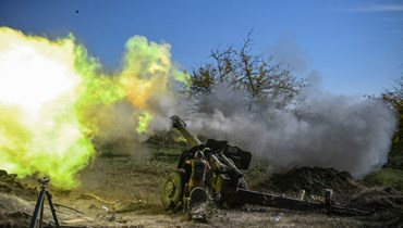 جندي أرميني يطلق المدفعية على خط المواجهة خلال القتال مع القوات الأذربيجانية حول منطقة ناغورنو- كاراباخ (25 ت1 2020، أ ف ب).