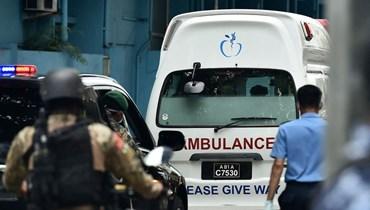 عناصر من قوات الأمن والشرطة ترافق سيارة إسعاف تقل نشيد إلى المطار الدولي في ماليه، لنقله إلى ألمانيا (13 ايار 2021، أ ف ب).