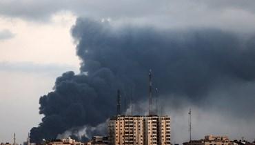 دخان يتصاعد فوق المباني خلال غارة جوية إسرائيلية على منطقة صناعية في مدينة غزة (20 ايار 2021، أ ف ب).