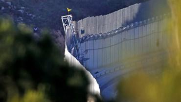 """علم """"حزب الله"""" على الحدود (أ ف ب)."""