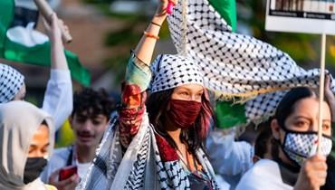 بيلا حديد خلال التظاهرة في نيويورك (أ ف ب).