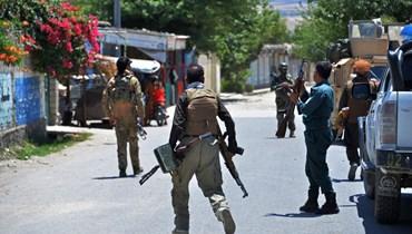 عناصر من قوات الأمن الأفغانية يقومون بدورية في أحد الشوارع خلال اشتباكات دائرة مع  طالبان في مهترلام (24 ايار 2021، أ ف ب).