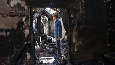 إياد السوافيري يقف وسط انقاض مصنعه قي المنطقة الصناعية في مدينة غزة (23 ايار 2021، أ ف ب).