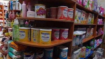 """عبوات حليب للأطفال في إحدى الصيدليات (""""النهار"""")."""