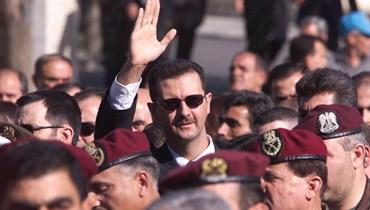 صورة ملتقطة في 13 حزيران 2000 تظهر بشار الأسد سائرا وراء نعش والده الرئيس السوري حافظ الأسد في دمشق.(أ ف ب)