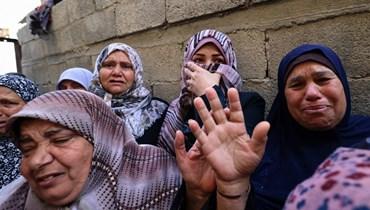 """نساء فلسطينيات خلال تشييع أحد عناصر """"كتائب شهداء الأقصى"""" في بيت حانون بقطاع غزة أمس.   (أ ف ب)"""