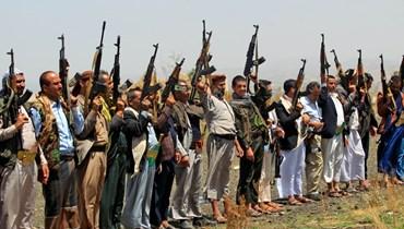 مقاتلون يمنيون موالون للحوثيين يرفعون أسلحتهم خلال مسيرة في العاصمة صنعاء تضامنا مع الفلسطينيين (20 ايار 2021، أ ف ب).