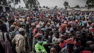 سكان نزحوا بسبب ثوران بركان نيرانغوغو ينتظرون تسجيل اسمائهم لتلقي بعض المساعدات الموزعة في غوما (22 ايار 2021، أ ف ب).