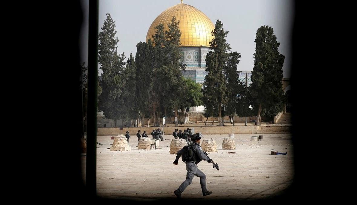 جندي إسرائيلي في باحة المسجد الأقصى (أ ف ب).
