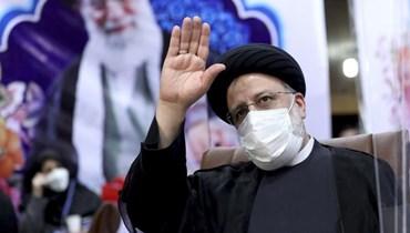 """رئيس السلطة القضائية في إيران ابرهيم رئيسي يحيي الصحافيين بعد تقدمه بترشحه إلى الانتخبات الرئاسية - """"أ ب"""""""
