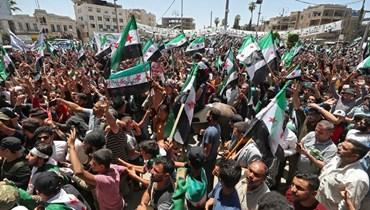 سوريون يتظاهرون في مدينة إدلب التي تسيطر عليها المعارضة الاربعاء ضد الإنتخابات الرئاسية في مناطق سيطرة النظام.   (أ ف ب)
