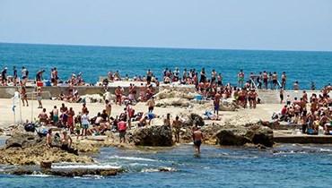 اللبنانيون اقبلوا امس على الشواطىء للسباحة والافادة من اشعة الشمس، متجاوزين التباعد والاجراءات الوقائية من فيروس كورونا.