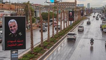 """صور للواء قاسم سليماني رفعها مؤيدون لـ""""حزب الله"""" سليماني على طريق مطار بيروت (أرشيفية- نبيل إسماعيل)."""