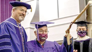 مسنّ بعمر 97 يتخرّج في الجامعة... ما هو اختصاصه؟