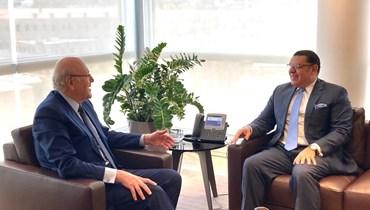 الرئيس نجيب ميقاتي مستقبلاً سفير مصر ياسر العلوي.