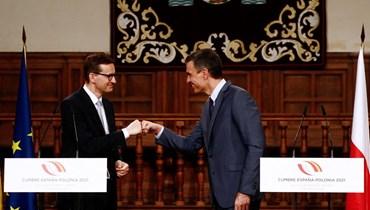 سانشيز (الى اليمين) ونظيره البولوني خلال مؤتمر صحافي مشترك في ألكالا دي إيناريس بضواحي مدريد (31 ايار 2021، أ ف ب).