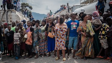 سكان نزحوا بسبب ثوران بركان نيراغونغو ينتظرون تلقي مساعدات غذائية في ساكي شمال غرب غوما (29 ايار 2021، أ ف ب).