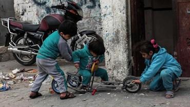 أطفال لاجئون في مخيم مخمور في العراق (أ ف ب).