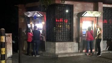 مواطنون يصطفون أمام الصراف الآلي ليلاً بعد بيان المركزي (نبيل اسماعيل).